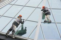 Twee arbeiders die buitenvenster installeren royalty-vrije stock fotografie