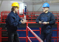 Twee arbeiders die in een Fabriek spreken Royalty-vrije Stock Foto's