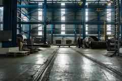 Twee arbeiders die productieproces plannen Stock Foto