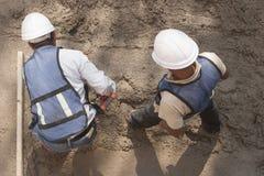 Twee arbeiders in een bouwwerf stock foto