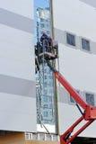 Twee arbeiders op het liftplatform Royalty-vrije Stock Foto's