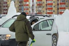 Twee arbeiders spreken bij de open deur van een auto royalty-vrije stock foto
