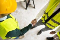 Twee architecten die een overeenkomst over bouwproject maken royalty-vrije stock afbeelding