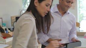 Twee Architecten die Modellen in Bureau samen maken stock footage