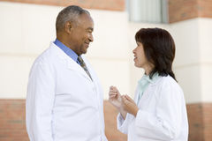 Twee Artsen die zich buiten het Ziekenhuis bevinden Stock Foto's