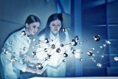 Twee artsen en nieuwe technologieën Gemengde media Stock Foto's