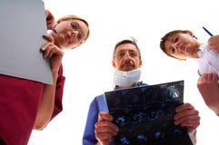 Twee artsen en verpleegster Stock Foto's