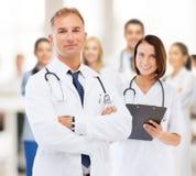 Twee artsen in het ziekenhuis Stock Afbeeldingen