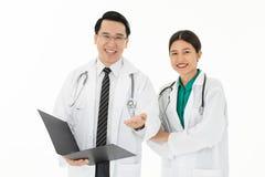 Twee artsen op witte achtergrond stock afbeeldingen