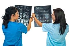 Twee artsen vergelijken resultaten van MRI stock foto's