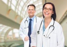 Twee Artsen of Verpleegsters binnen de het Ziekenhuisbouw Stock Foto's