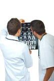 Twee artsenmensen onderzoeken magnetische resonantie Stock Foto's