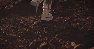 Twee astronauten die op Mars lopen stock videobeelden