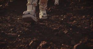 Twee astronauten die op Mars lopen stock footage