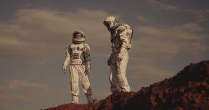 Twee astronauten op Mars stock footage