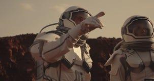 Twee astronauten op Mars stock videobeelden