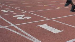 Twee atleten de kruising beëindigt lijn die zelfde resultaat, gelijke krachten, de concurrentie tonen stock video