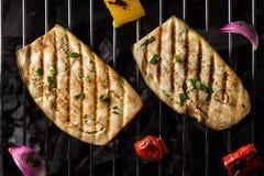 Twee Aubergineplakken die op Houtskoolbarbecue koken Stock Foto's