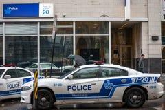 Twee auto's die van de de Politiedienst SPVM van Montreal zich voor een lokaal politiebureau bevinden SPVM is de politie van Mont royalty-vrije stock afbeelding
