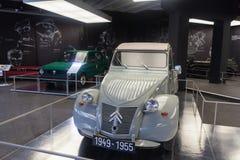Twee auto's in een museum royalty-vrije stock fotografie