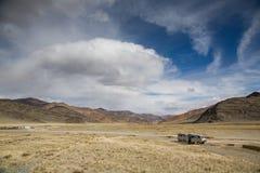 Twee auto's in Mongools landschap Stock Afbeeldingen