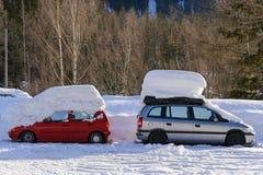 Twee auto's onder sneeuw Royalty-vrije Stock Afbeeldingen