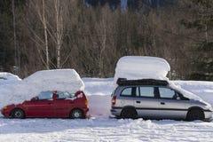 Twee auto's onder sneeuw Chamonix, Frankrijk Stock Foto
