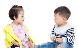 Twee Azië baby die elkaar kijken stock foto