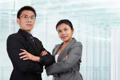 Twee Aziatische bedrijfsmensen stellen Stock Foto