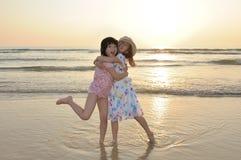 Twee Aziatische jonge geitjes die op strand spelen Royalty-vrije Stock Foto's