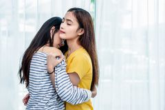 Twee Aziatische Lesbische vrouwen die samen in slaapkamer kijken Paarmensen en Schoonheidsconcept Gelukkige levensstijlen en them royalty-vrije stock afbeelding