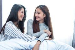 Twee Aziatische Lesbische vrouwen die samen in slaapkamer kijken Paarmensen en Schoonheidsconcept Gelukkige levensstijlen en them stock fotografie