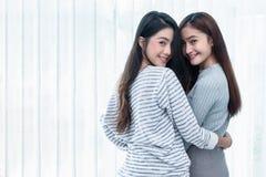 Twee Aziatische Lesbische vrouwen die samen in slaapkamer kijken Paarmensen en Schoonheidsconcept Gelukkige levensstijlen en them stock foto's