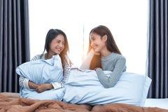 Twee Aziatische Lesbische vrouwen die samen in slaapkamer kijken Paarmensen en Schoonheidsconcept Gelukkige levensstijlen en them royalty-vrije stock fotografie