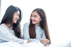 Twee Aziatische Lesbische vrouwen in slaapkamer Paarmensen en Schoonheidsconcept Gelukkige levensstijlen en thema van het huis he royalty-vrije stock fotografie