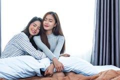 Twee Aziatische Lesbische vrouwenomhelzing samen in slaapkamer Paarmensen en Schoonheidsconcept Gelukkig levensstijl en huis zoet royalty-vrije stock afbeelding