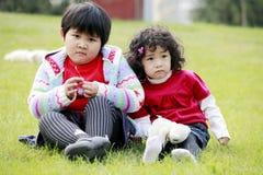 Twee Aziatische meisjes openlucht Stock Afbeeldingen