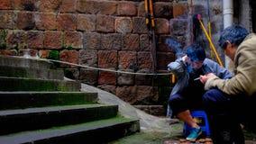 Twee Aziatische mensen die schaak naast de ladder spelen royalty-vrije stock afbeelding
