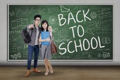 Twee Aziatische studenten terug naar school Royalty-vrije Stock Afbeeldingen