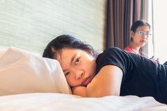 Twee Aziatische tienerzusters die het thema van het adviesconflict hebben Royalty-vrije Stock Foto's
