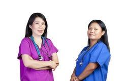 Twee Aziatische verpleegsters op witte achtergrond Stock Afbeelding