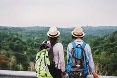 twee Aziatische vrouwentoerist die meningsbos op mountian kijkt reis in vakantieconcept royalty-vrije stock fotografie