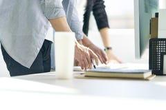 Twee Aziatische zakenlieden die in bureau samenwerken stock afbeelding