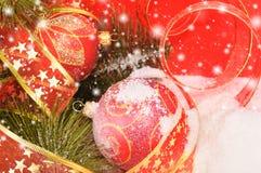 Twee ballen van Kerstmis op een sneeuwscène Royalty-vrije Stock Foto's