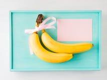 Twee bananen met roze lint en kaart Royalty-vrije Stock Afbeeldingen