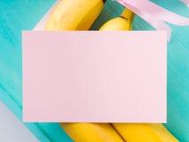Twee bananen met roze lint en kaart Stock Afbeeldingen