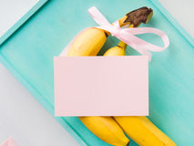 Twee bananen met roze lint en kaart Stock Foto's