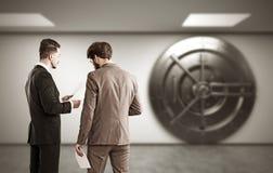 Twee bankarbeiders die zich dichtbij kluis bevinden Royalty-vrije Stock Foto