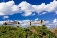 Twee banken bovenop een heuvel Royalty-vrije Stock Fotografie