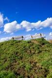 Twee banken bovenop een heuvel Stock Foto's
